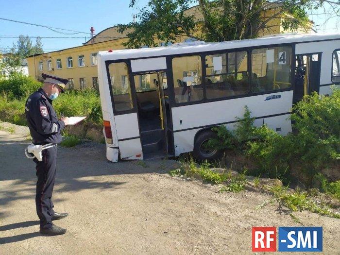В Свердловской области автобус въехал в остановку
