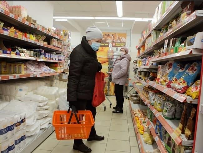Около 70% россиян экономят на развлечениях, одежде и кафе