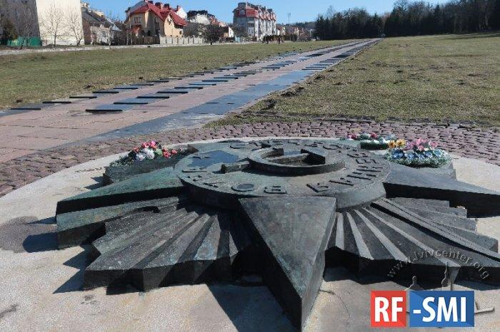 Россия направила Украине ноту из-за уничтожения советских памятников