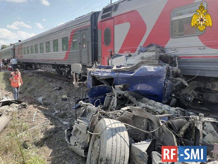 Поезд Адлер-Москва, протаранил цементовоз на переезде